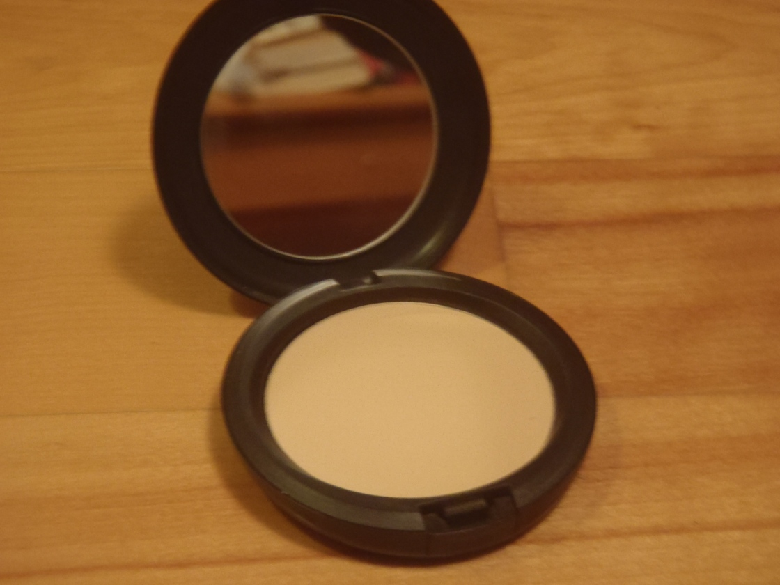 MAC Studio Careblend Pressed Powder in Light